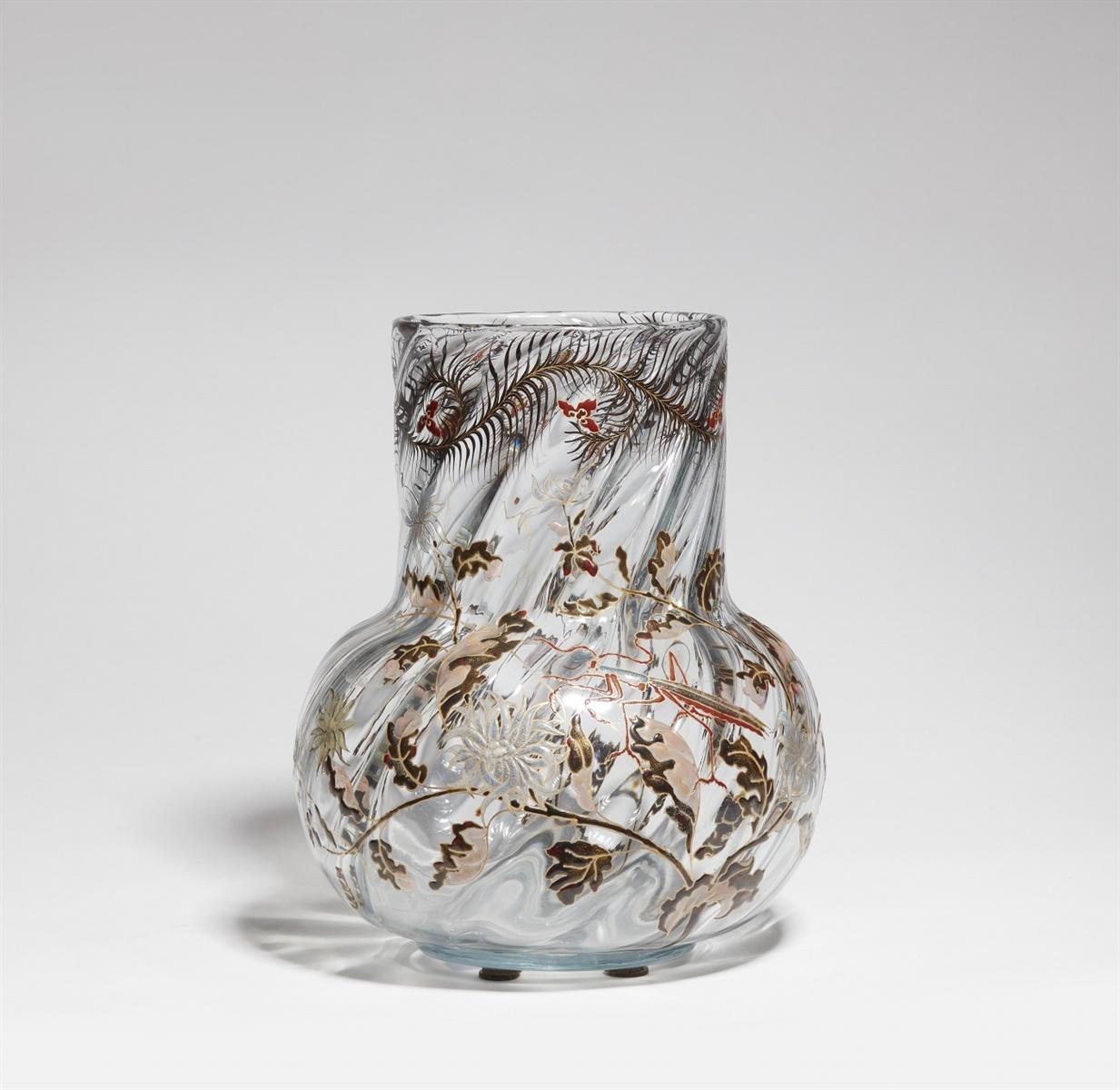 Lot 15 - Vase mante religieuseSchräg geripptes Klarglas mit polychromem Reliefemail, goldkonturiert,