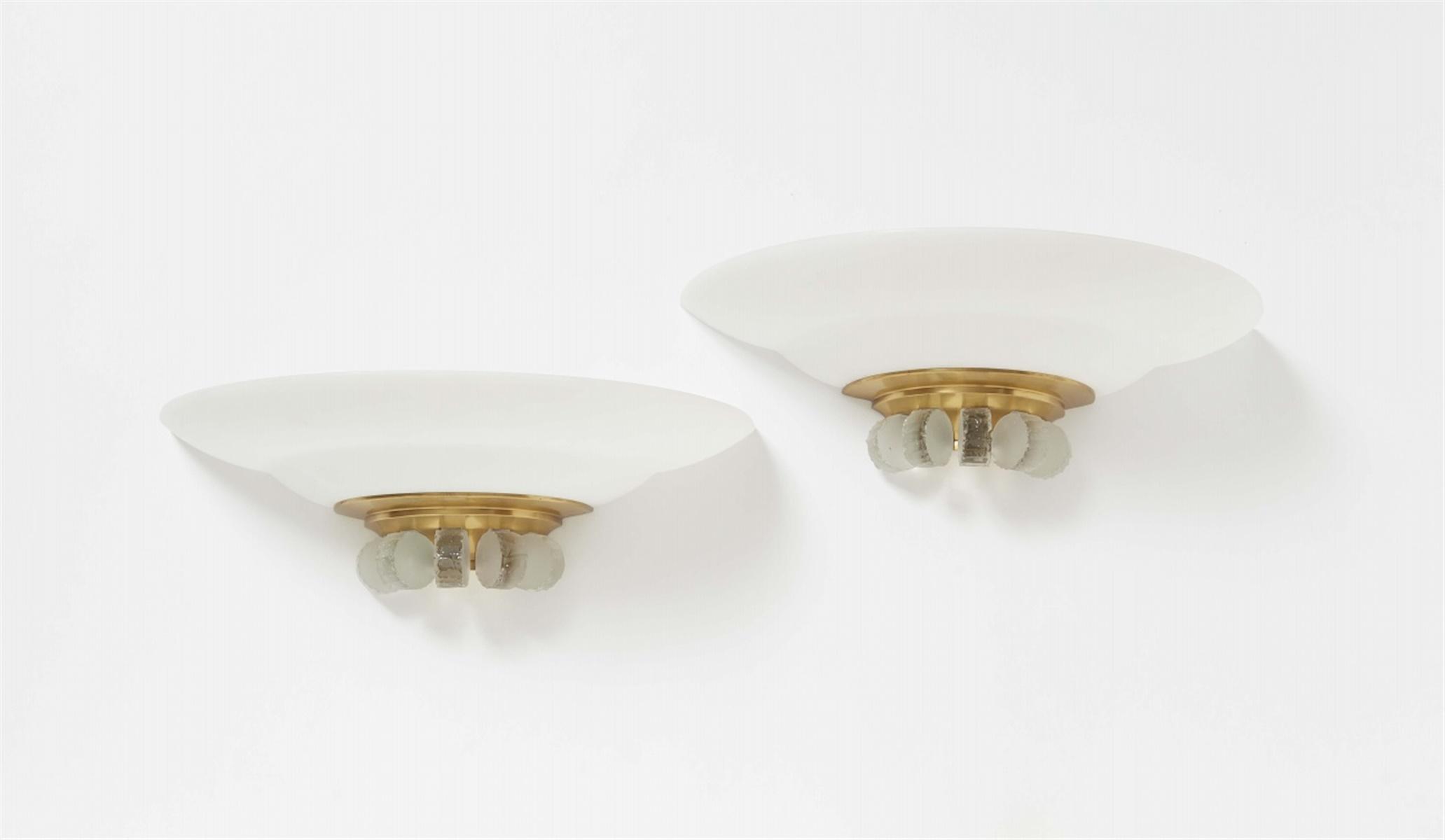 Lot 102 - Paar Appliques von Jean PerzelSatiniertes Glas und geschliffenes Klarglas, vergoldete, innen