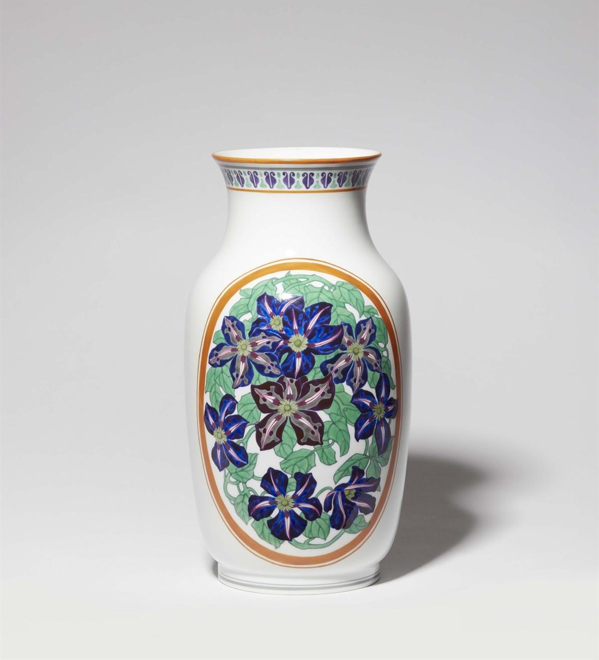 Lot 76 - Vase mit KlematisPorzellan, farbiger Auf- und Unterglasurdekor. Auf der Ansichtsseite blühende