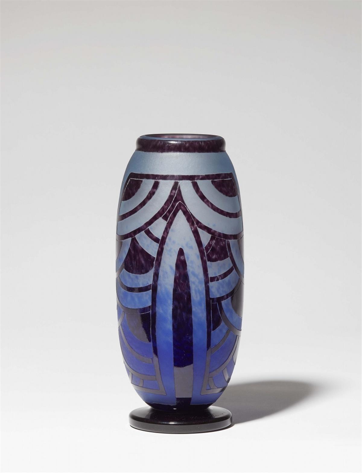 Vase nénuphars bleusMattes Milchglas mit blauen Pulvereinschmelzungen, geätzter Überfang von