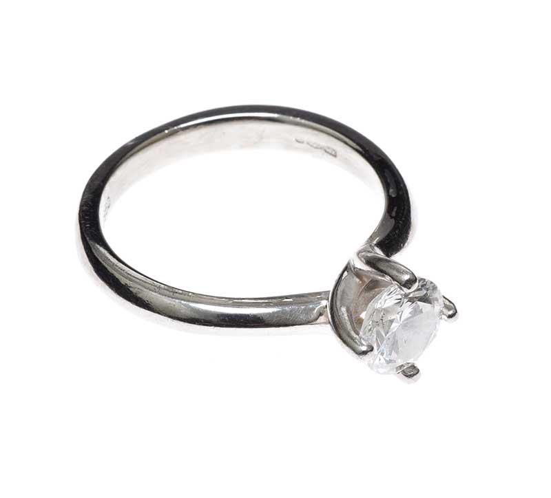 Lot 42 - PLATINUM DIAMOND SOLITAIRE RING