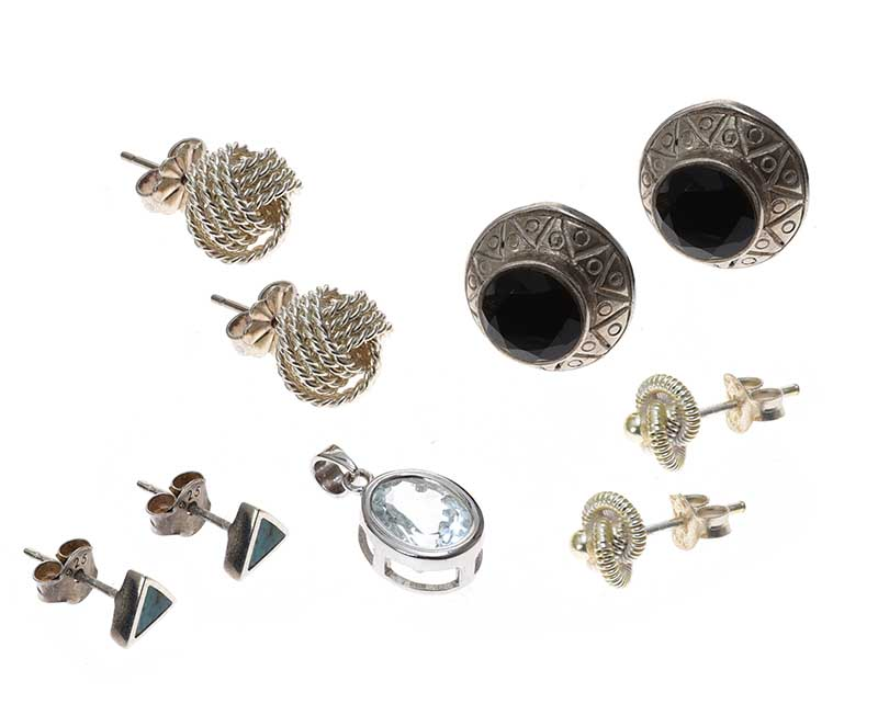 Lot 38 - SELECTION OF SILVER EARRINGS AND A PENDANT