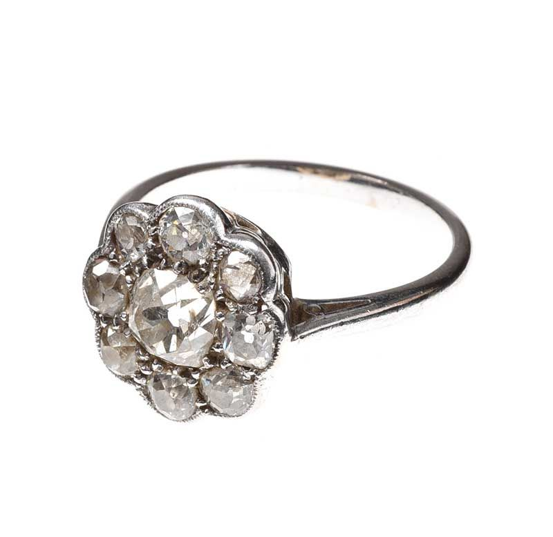 Lot 1 - PLATINUM AND DIAMOND ANTIQUE DAISY CLUSTER RING