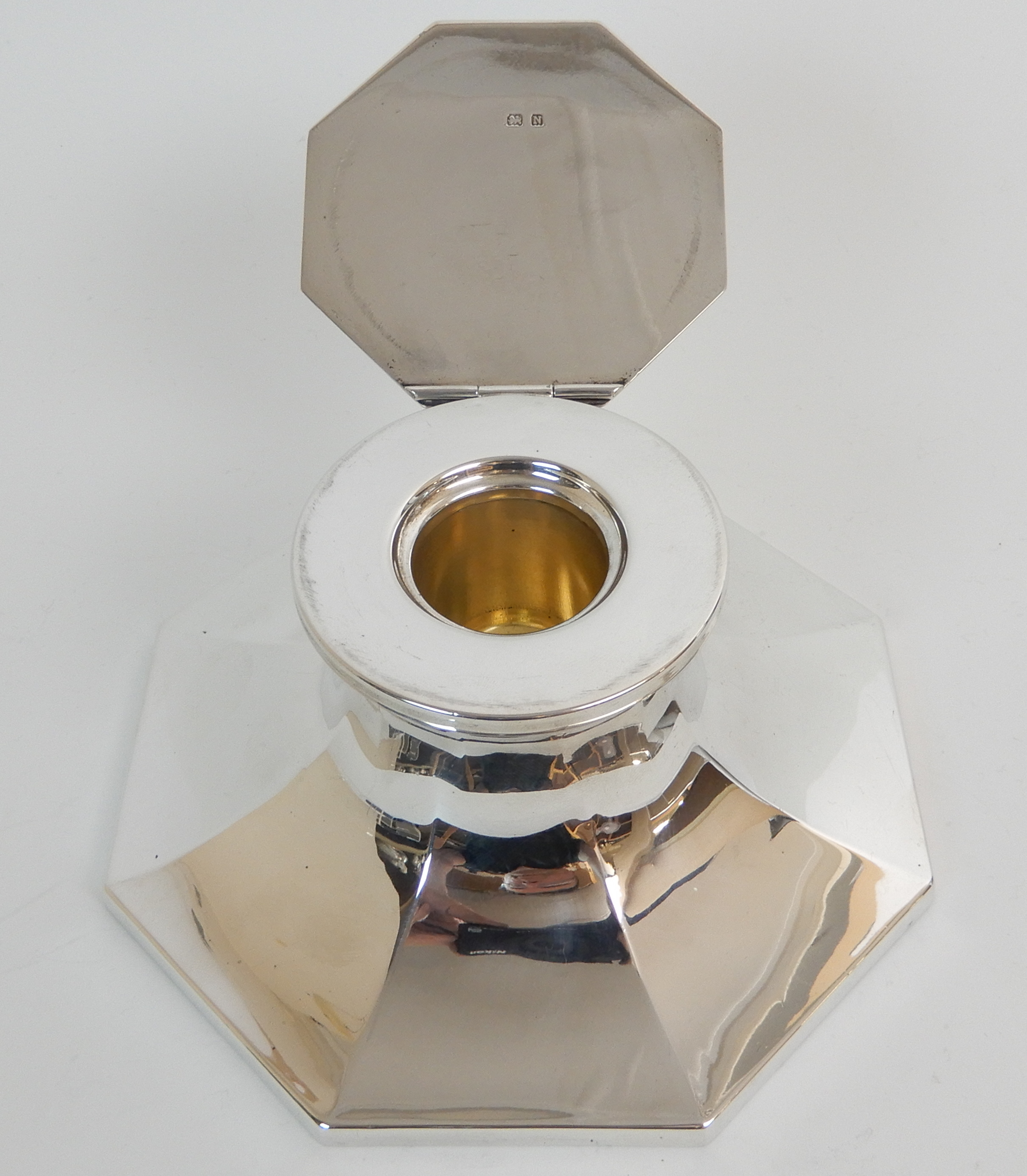 Lot 139 - A SILVER INKWELL by Deakin & Francis Limited, Birmingham 1937, of octagonal Capstan form, the hinged