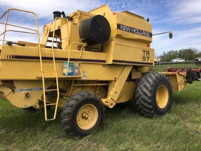 Lot 33 - NH TR97 combine, cab, twin rotor, 30.5Lx32 tires, (3153 engine hrs) (2433 threshing hrs), NH 971 Hdr