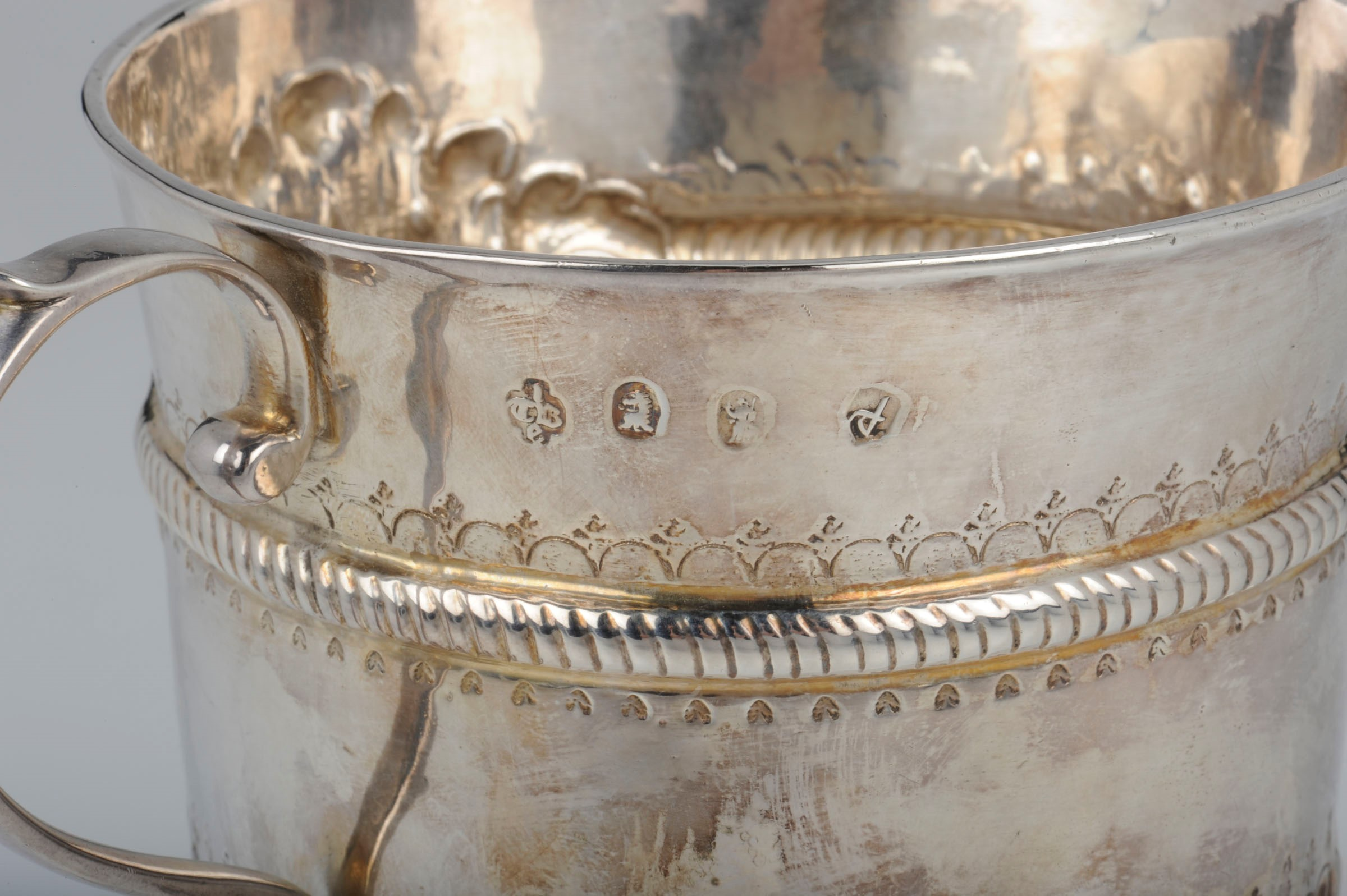 Lot 2 - A silver porringer, London, 1714 - Molten, embossed and chiselled silver. [...]