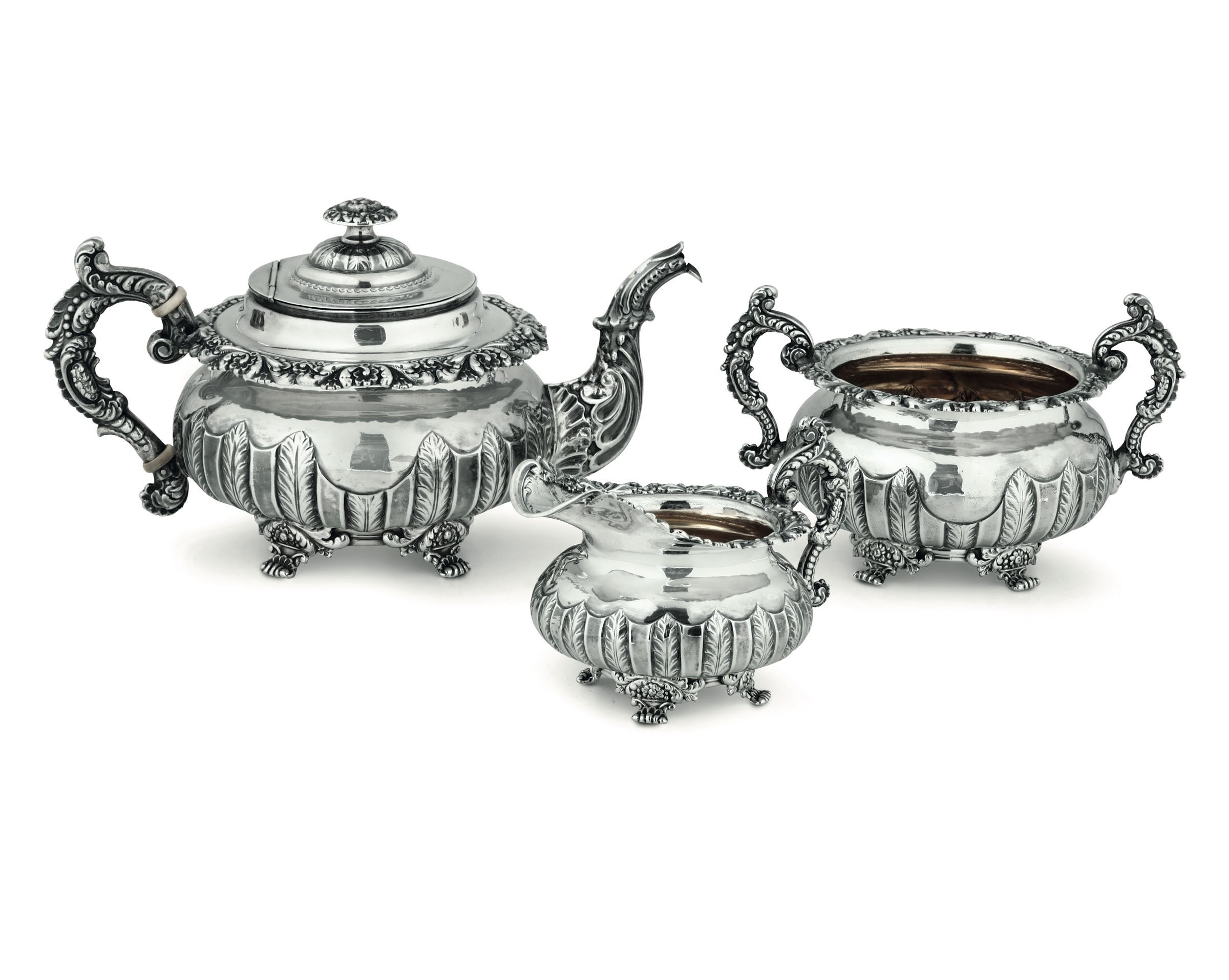 A silver tea set, Sheffield, 1823 - Molten, embossed and chiselled silver. [...]