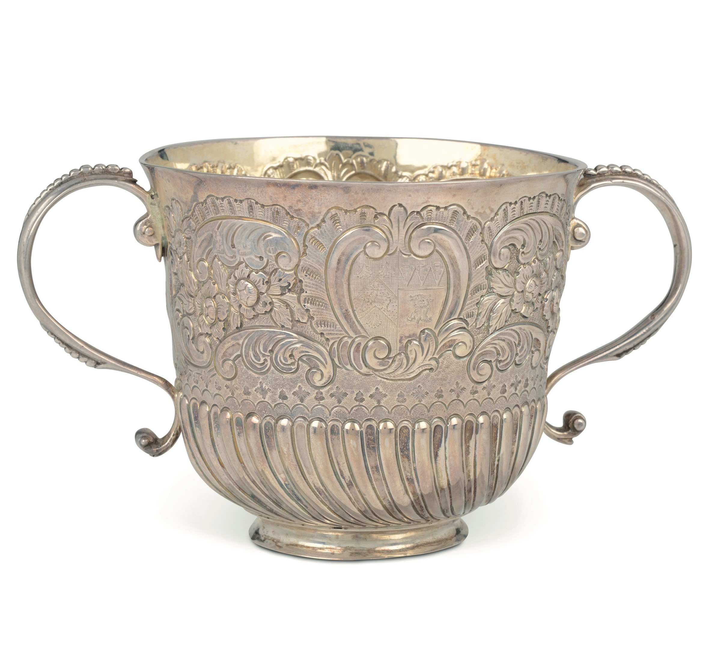 Lot 3 - A silver porringer, London, 1698 - Molten, embossed and chiselled silver. Silversmith [...]