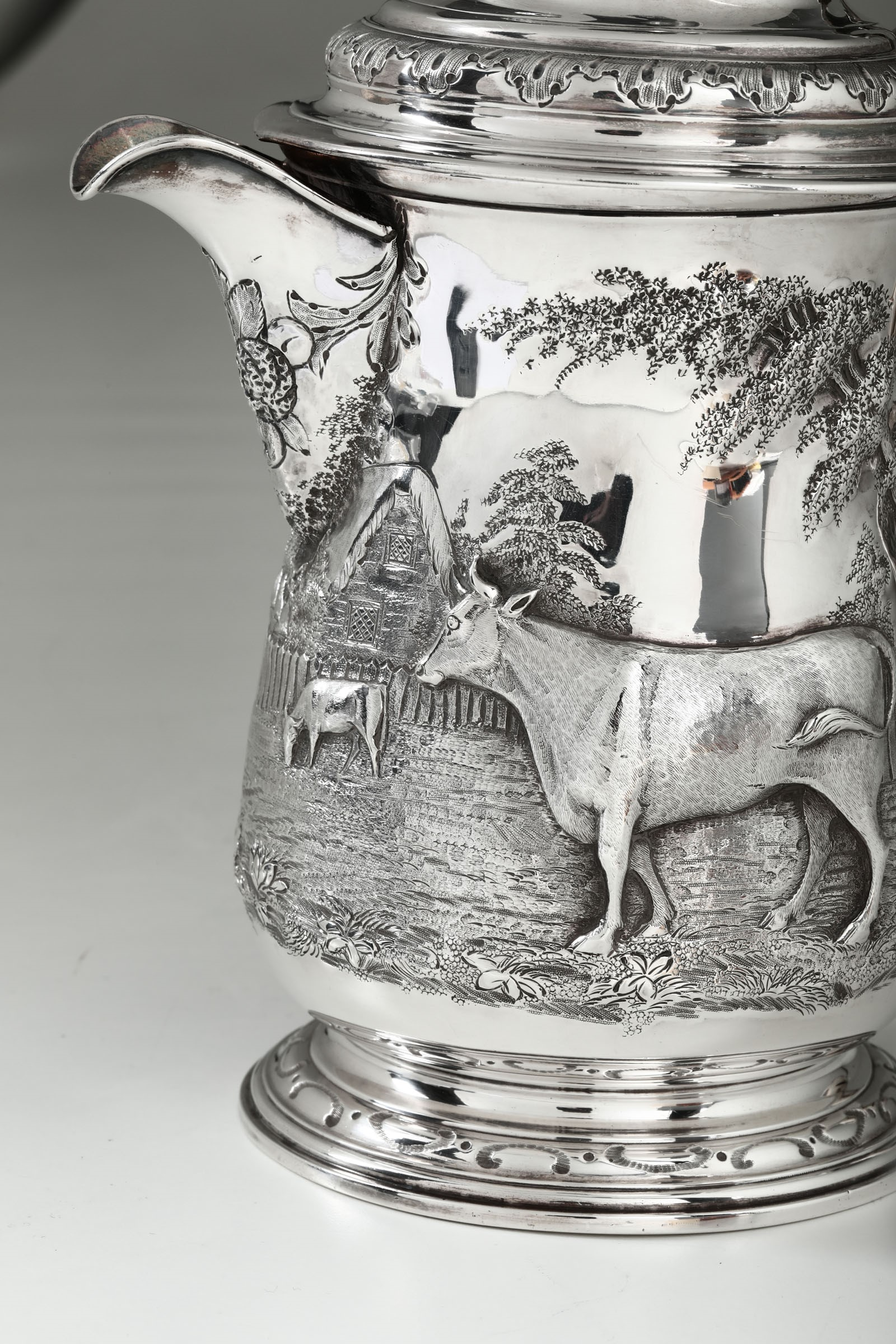 Lot 4 - A silver tankard, London, 1743 - Molten, embossed and chiselled silver. Partially [...]