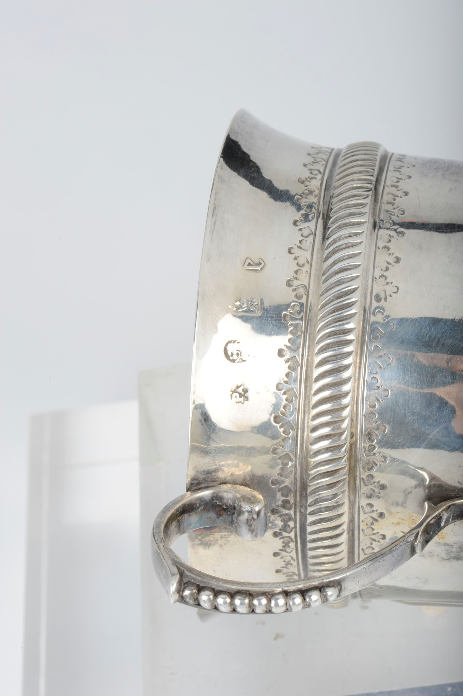 Lot 1 - A silver porringer, England, 1706 - Embossed and chiselled silver. 175gr, H 9cm, [...]