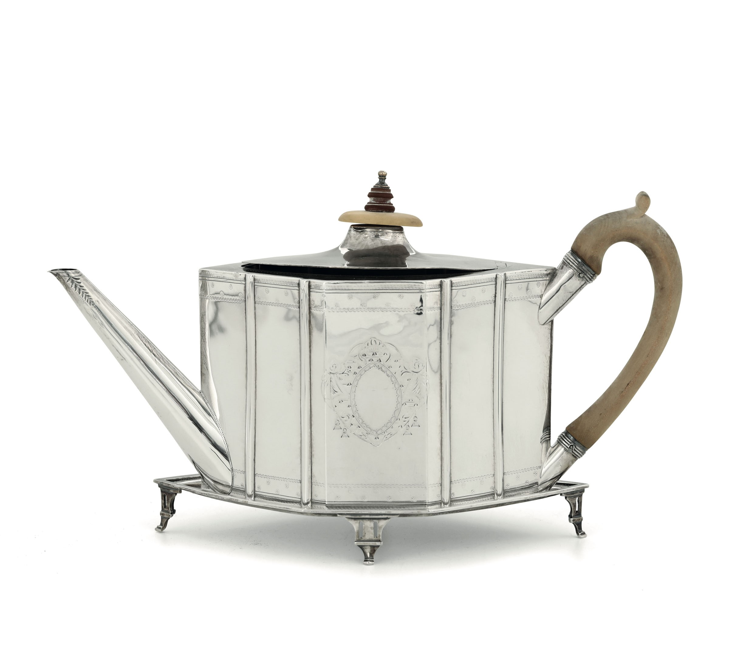 Lot 10 - A silver teapot, London, 1791 - Molten, embossed and chiselled sterling silver with a [...]