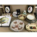 A COLLECTION OF ASSORTED CERAMICS, INCLUDING ROYAL DOULTON LIMITED EDITION WALL PLATES, ROYAL