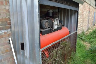 Lot 81 - Receiver mounted air compressor