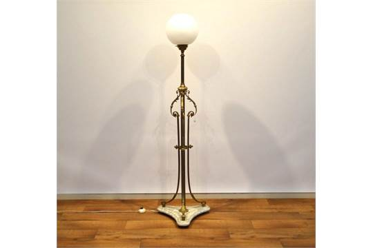 Staande voet met opaline bol staande lamp met bolle glazen kap