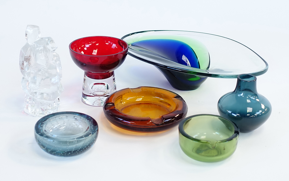 Lot 29 - A group of Scandinavian and British glass including a cased glass bowl, a 'Bubbles' ashtray etc.