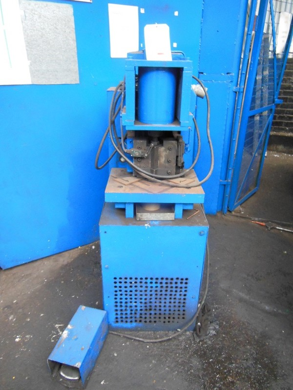 Lot 1 - Unbranded hydraulic corner notcher with treadle foot control (A Work Method Statement and Risk