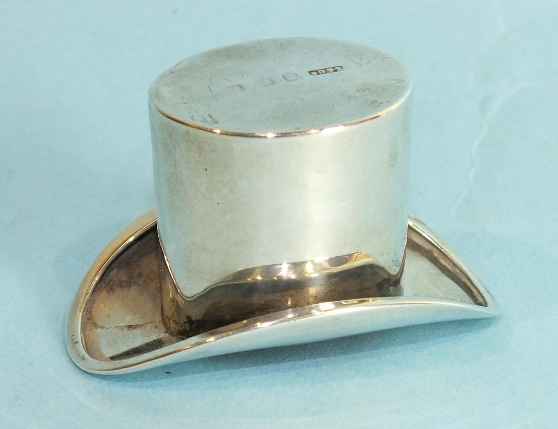 Lot 353 - A novelty silver model of a top hat, Birmingham 1905, 3 x 5cm.