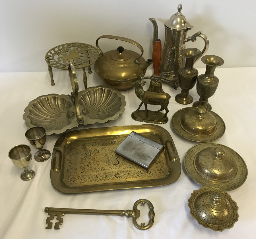 Lot 1019 - A good quantity of vintage brass and silver plated metal ware.