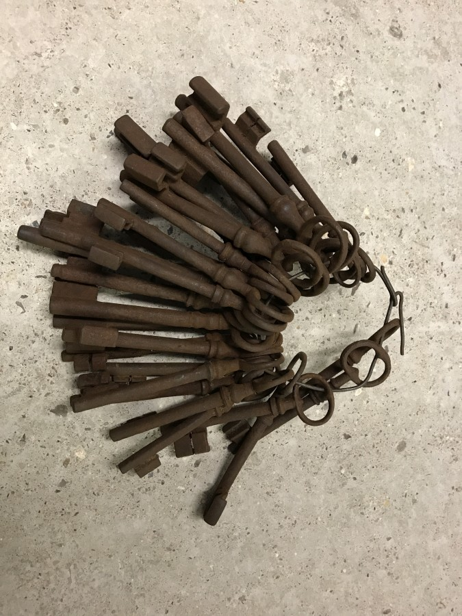 Lot 1033 - A large bunch of approx. 30 keys.