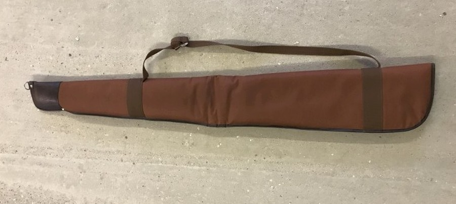 Lot 1042 - A soft shotgun case.