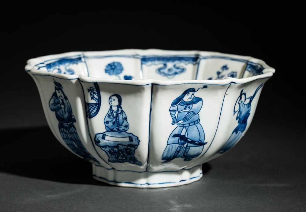 TIEFE SCHALE MIT FIGUREN UND BLÜTEN Blauweißes Porzellan. China, Zehnfach gelappte tiefe Schale, die - Image 3 of 8