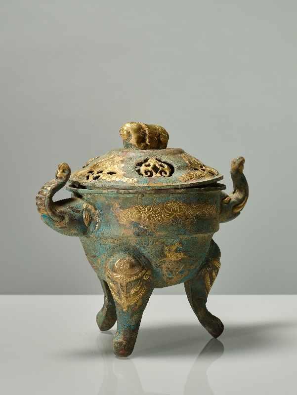 TRIPODES GEFÄSS DING MIT ELEFANTEN Feuervergoldetes Repoussé. China, vermutlich Qing bis Republik ( - Image 4 of 7