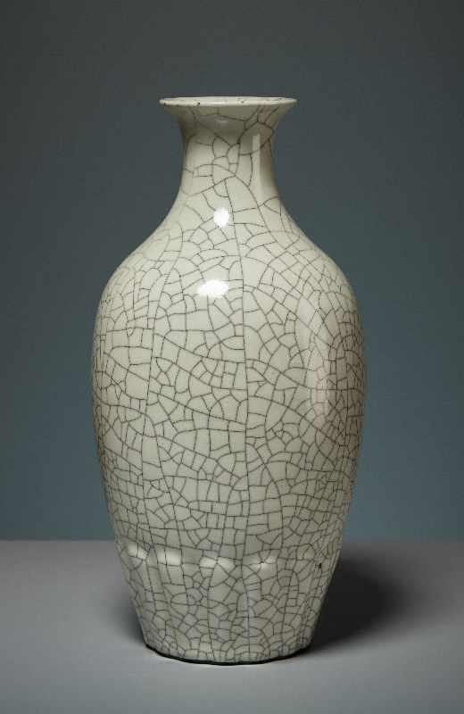 VASE MIT CELADON-GLASUR Porzellan. China, Republik, 1. Hälfte 20. Jh. Die besondere Attraktivität