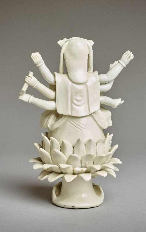 ZEHNARMIGE GOTTHEIT Blanc de Chine-Porzellan. China, Qing-Dynastie, 19. Jh. Eine auf einem - Image 5 of 6