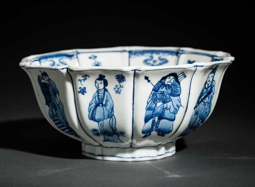TIEFE SCHALE MIT FIGUREN UND BLÜTEN Blauweißes Porzellan. China, Zehnfach gelappte tiefe Schale, die - Image 5 of 8