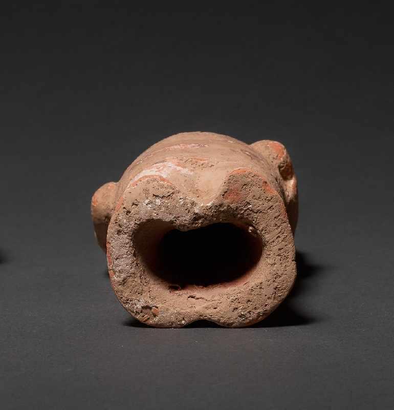 HÖFLING Terrakotta mit Bemalung. China, Wei-Dynastie (5. bis 6. Jh.) Eine seltene Figur aus einem - Image 5 of 5