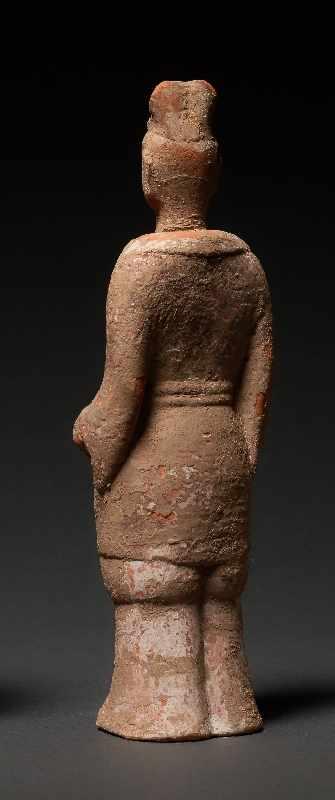 HÖFLING Terrakotta mit Bemalung. China, Wei-Dynastie (5. bis 6. Jh.) Eine seltene Figur aus einem - Image 3 of 5