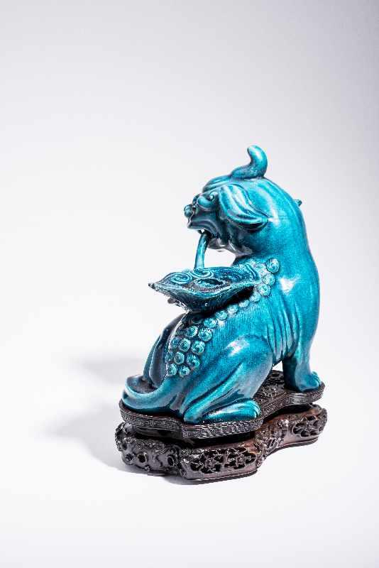 SITZENDES EINHORNPorzellan. China, Qing-Dynastie, 18. Jh. An dieser Porzellanskulptur des - Image 5 of 7
