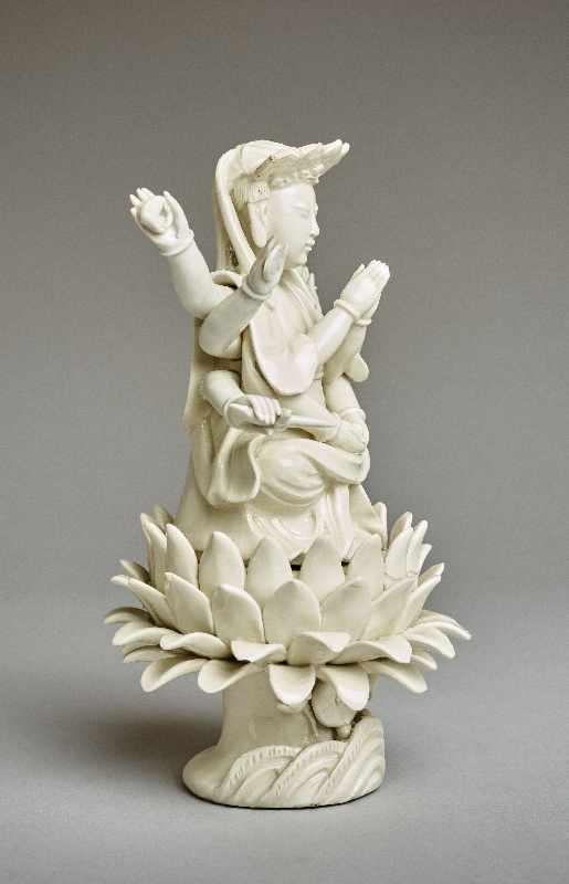ZEHNARMIGE GOTTHEIT Blanc de Chine-Porzellan. China, Qing-Dynastie, 19. Jh. Eine auf einem - Image 4 of 6