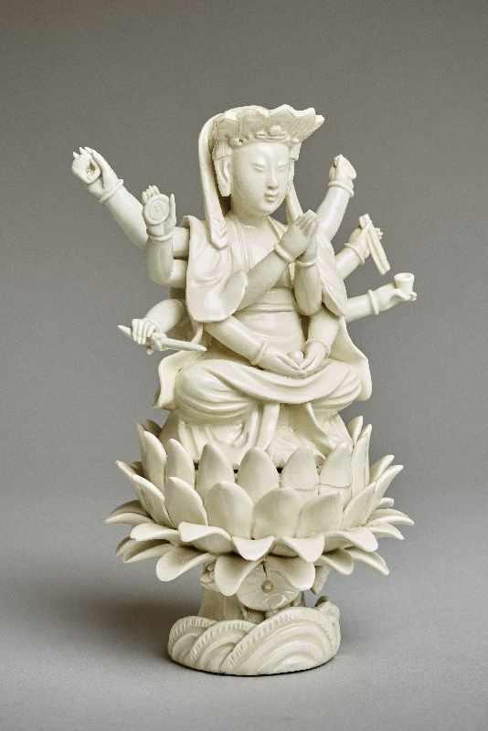 ZEHNARMIGE GOTTHEIT Blanc de Chine-Porzellan. China, Qing-Dynastie, 19. Jh. Eine auf einem - Image 2 of 6