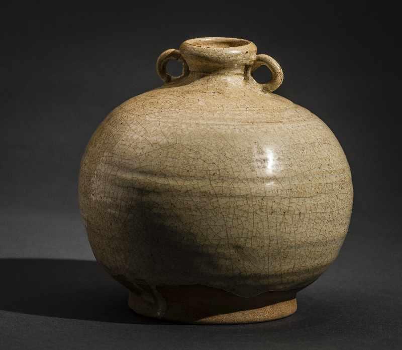 KUGELIGES GEFÄSS MIT ÖSENHENKEL Glasierte Keramik. China, Qing (1644-1911) Lichte Glasur mit - Image 2 of 4