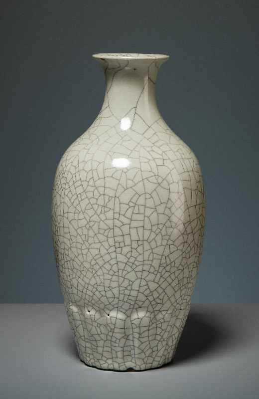 VASE MIT CELADON-GLASUR Porzellan. China, Republik, 1. Hälfte 20. Jh. Die besondere Attraktivität - Image 4 of 7