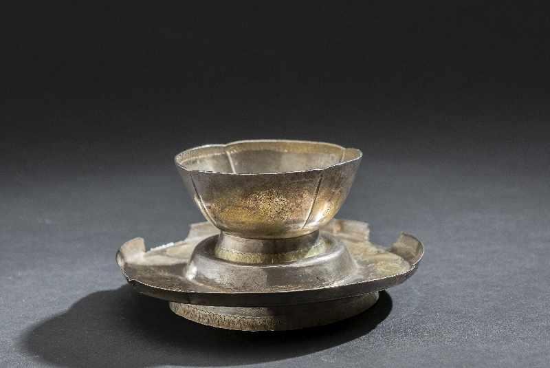 TRINKBECHER MIT UNTERSATZ Silber und Vergoldung. China, vermutlich Tang bis Liao Becher auf schräg - Image 3 of 6