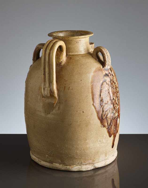 HENKELKANNE MIT RELIEFDEKORGlasierte Keramik. China, Tang, ca. 8. bis 9. Jh. Typische Changsha- - Image 4 of 8