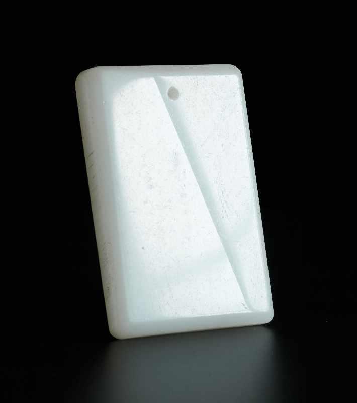 DEKORATIVER ANHÄNGER MIT DRACHEN Jade. China, Qing-Dynastie bis Republik Sehr schöne, weiße Jade - Image 2 of 4