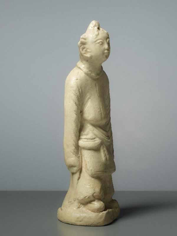 FIGUR EINES GLÜCKSKNABEN Glasierte Keramik. China, Song, ungefähr 12. Jh. Ein Knabe in - Image 4 of 5