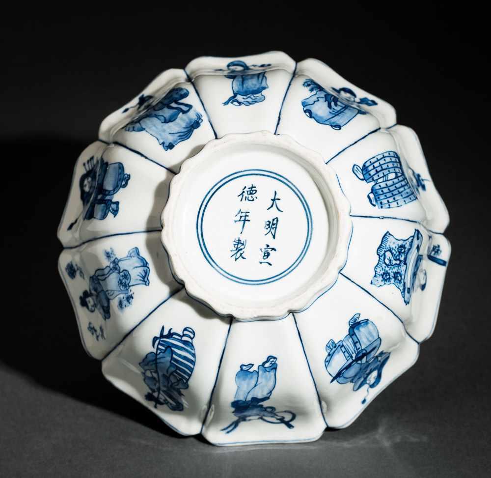 TIEFE SCHALE MIT FIGUREN UND BLÜTEN Blauweißes Porzellan. China, Zehnfach gelappte tiefe Schale, die - Image 7 of 8