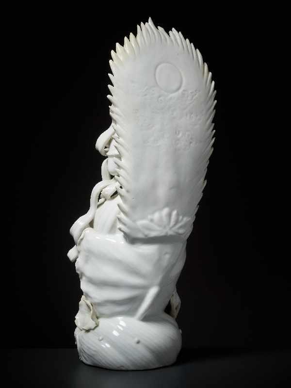 THRONENDE GÖTTIN GUANYIN Blanc de Chine-Porzellan. China, Dehua, Republik Eine besonders anmutige - Image 6 of 6