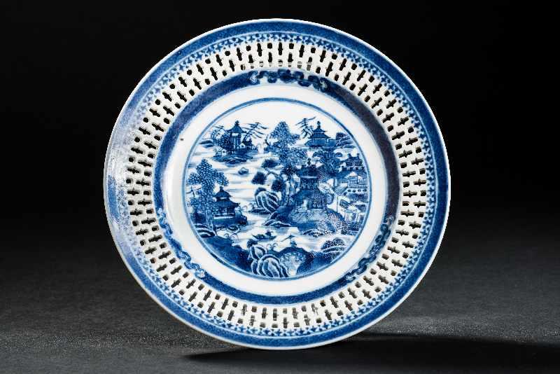 DEKORATIVER TELLER MIT TEMPELLANDSCHAFT Blauweiß-Porzellan. China, Jiaqing-Periode der Qing-