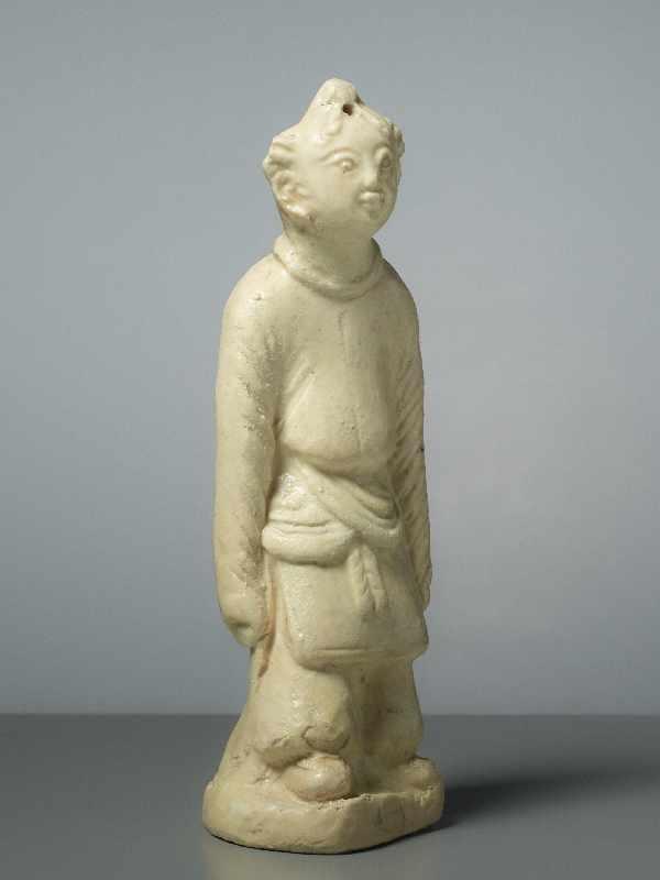 FIGUR EINES GLÜCKSKNABEN Glasierte Keramik. China, Song, ungefähr 12. Jh. Ein Knabe in - Image 2 of 5