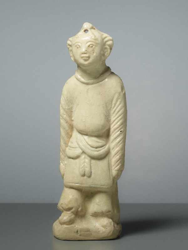 FIGUR EINES GLÜCKSKNABEN Glasierte Keramik. China, Song, ungefähr 12. Jh. Ein Knabe in