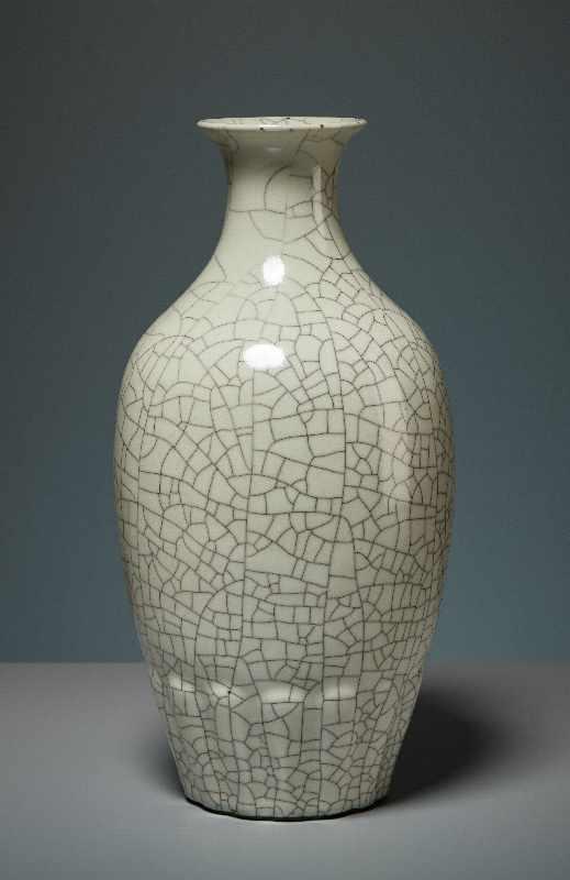 VASE MIT CELADON-GLASUR Porzellan. China, Republik, 1. Hälfte 20. Jh. Die besondere Attraktivität - Image 2 of 7