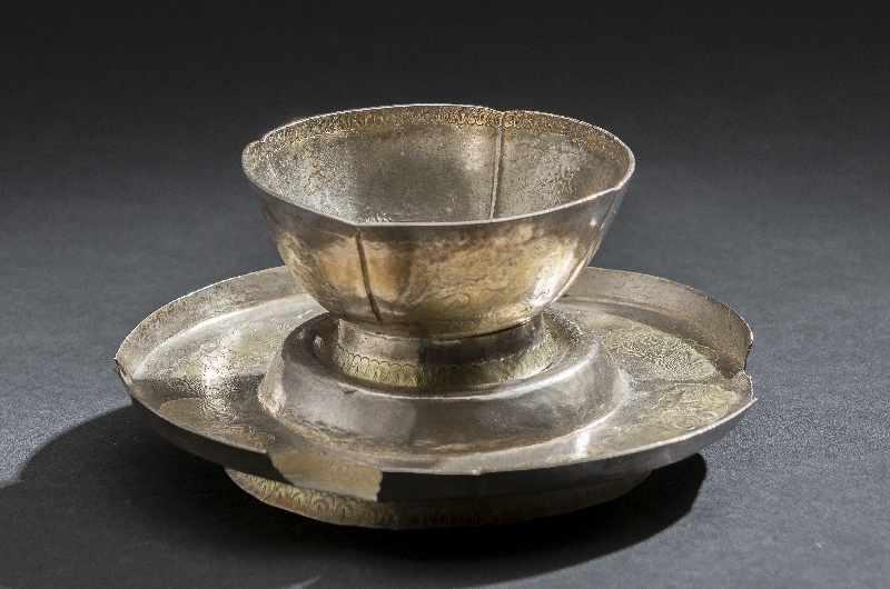 TRINKBECHER MIT UNTERSATZ Silber und Vergoldung. China, vermutlich Tang bis Liao Becher auf schräg