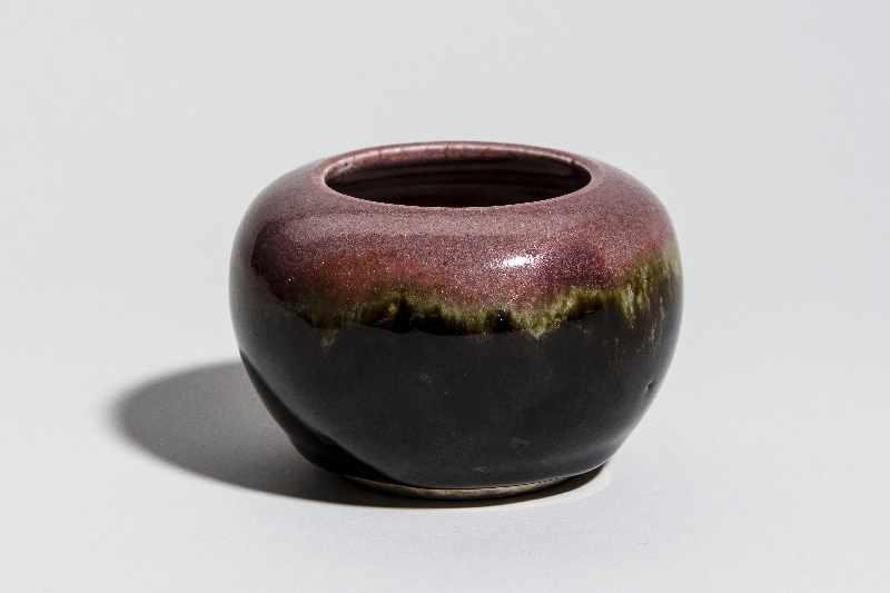 WASSERGEFÄSSGlasiertes Steingut. China, Qing-Dynastie, ca 19. Jh. Wirkungsvolle Glasur mit