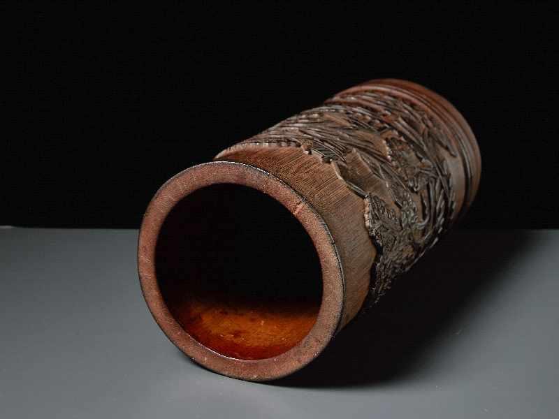 PINSELBECHER MIT LANDSCHAFTSRELIEF Bambusstamm. China, Qing-Dynastie, 19. Jh. Sehr gute Arbeit, - Image 4 of 5