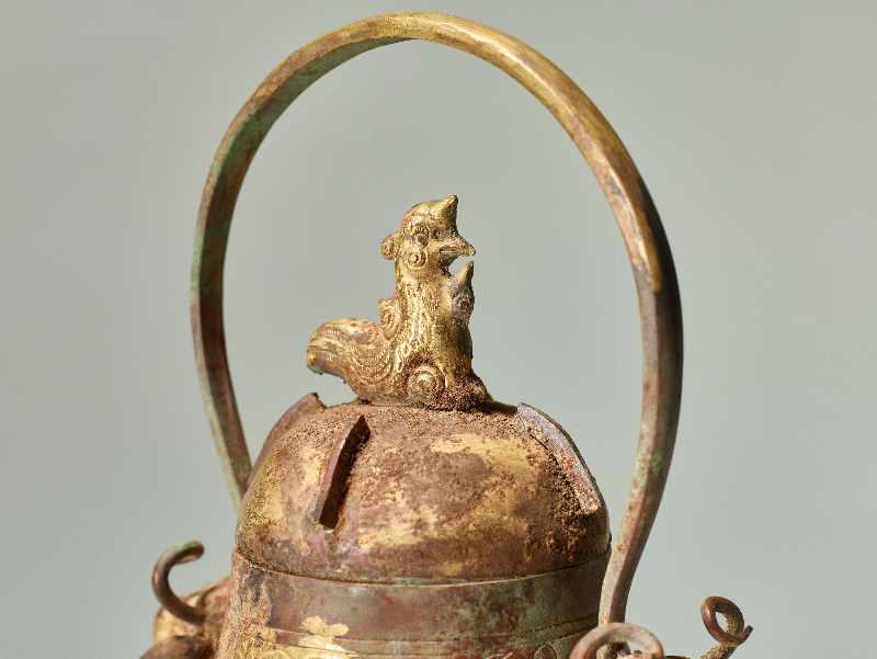 GEFÄSS YOU MIT FABELWESEN UND TIERKÖPFEN Feuervergoldetes Repoussé. China, vermutlich Qing bis - Image 7 of 8
